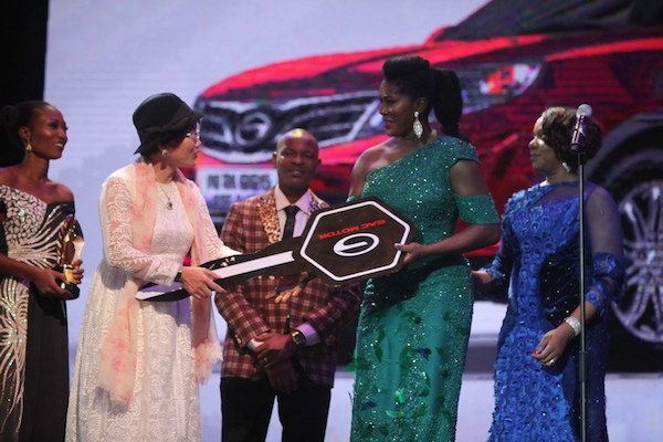 Stephanie Linus receiving a car prize from Chief Diana Chen at the AMVCA 2016